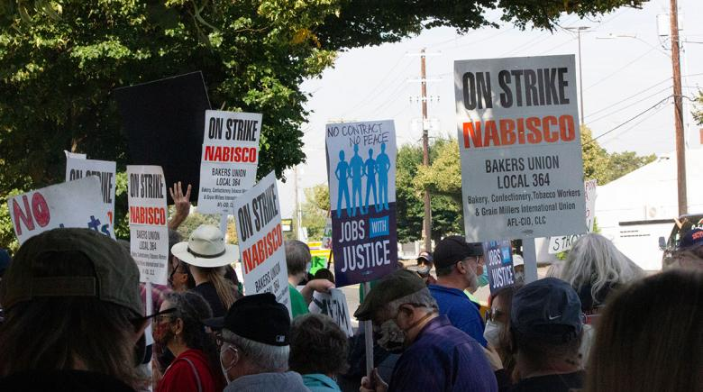 Image of Nabisco workers on strike holding signs